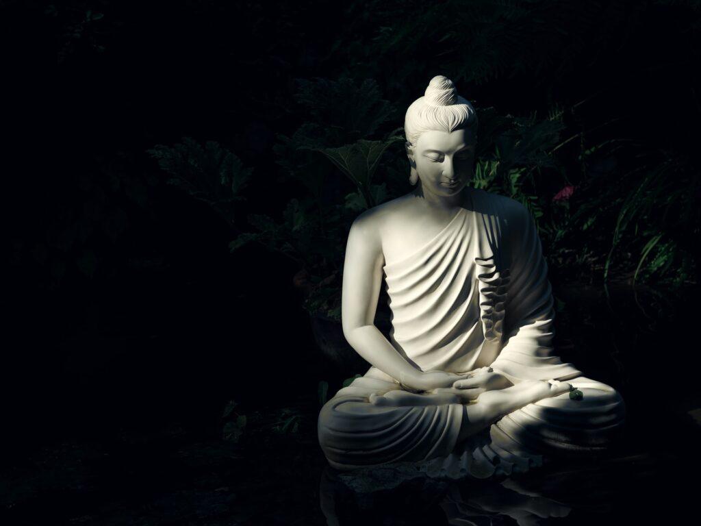 weißer Buddha im Garten